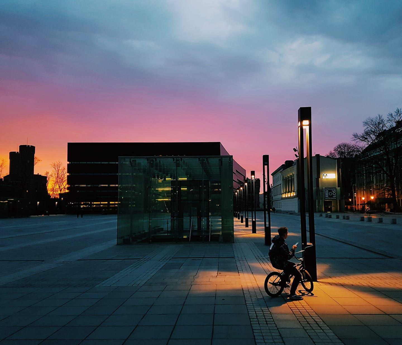 rowerem we wrocławiu o zachodzie słońca