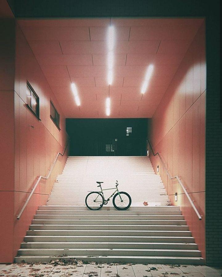 rower na schodach przejścia podziemnego