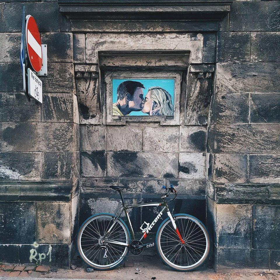 rower na tle muru we wrocławiu