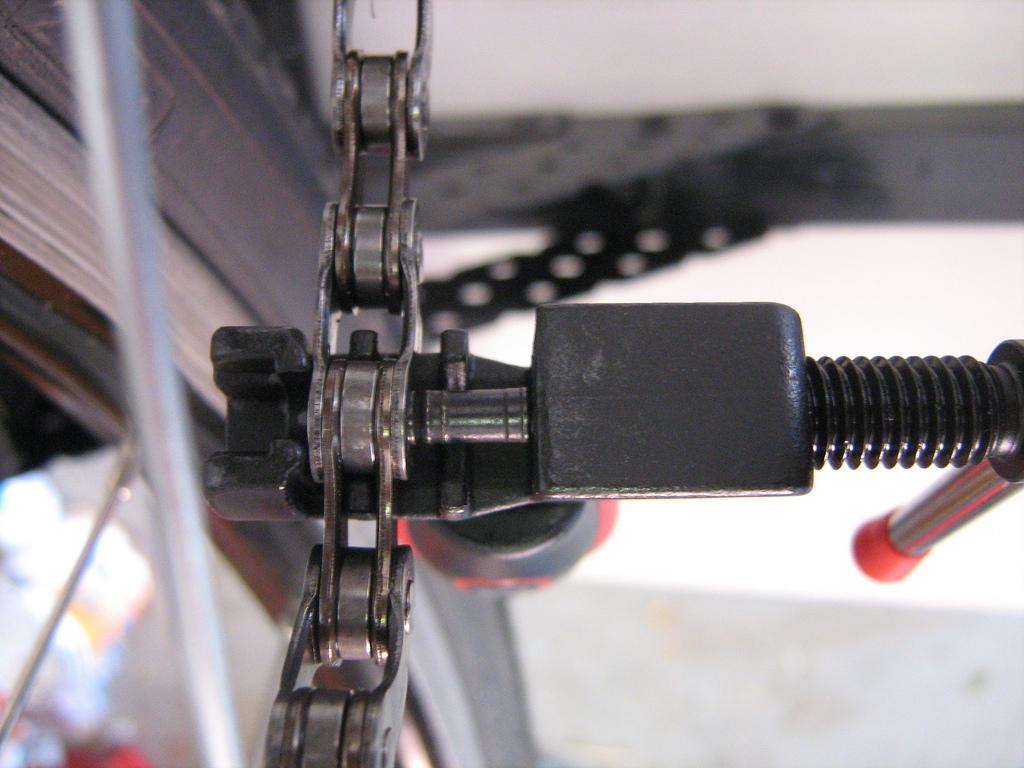 Skuwacz ustawiony i gotowy do wypchnięcia pinu z łańcucha.