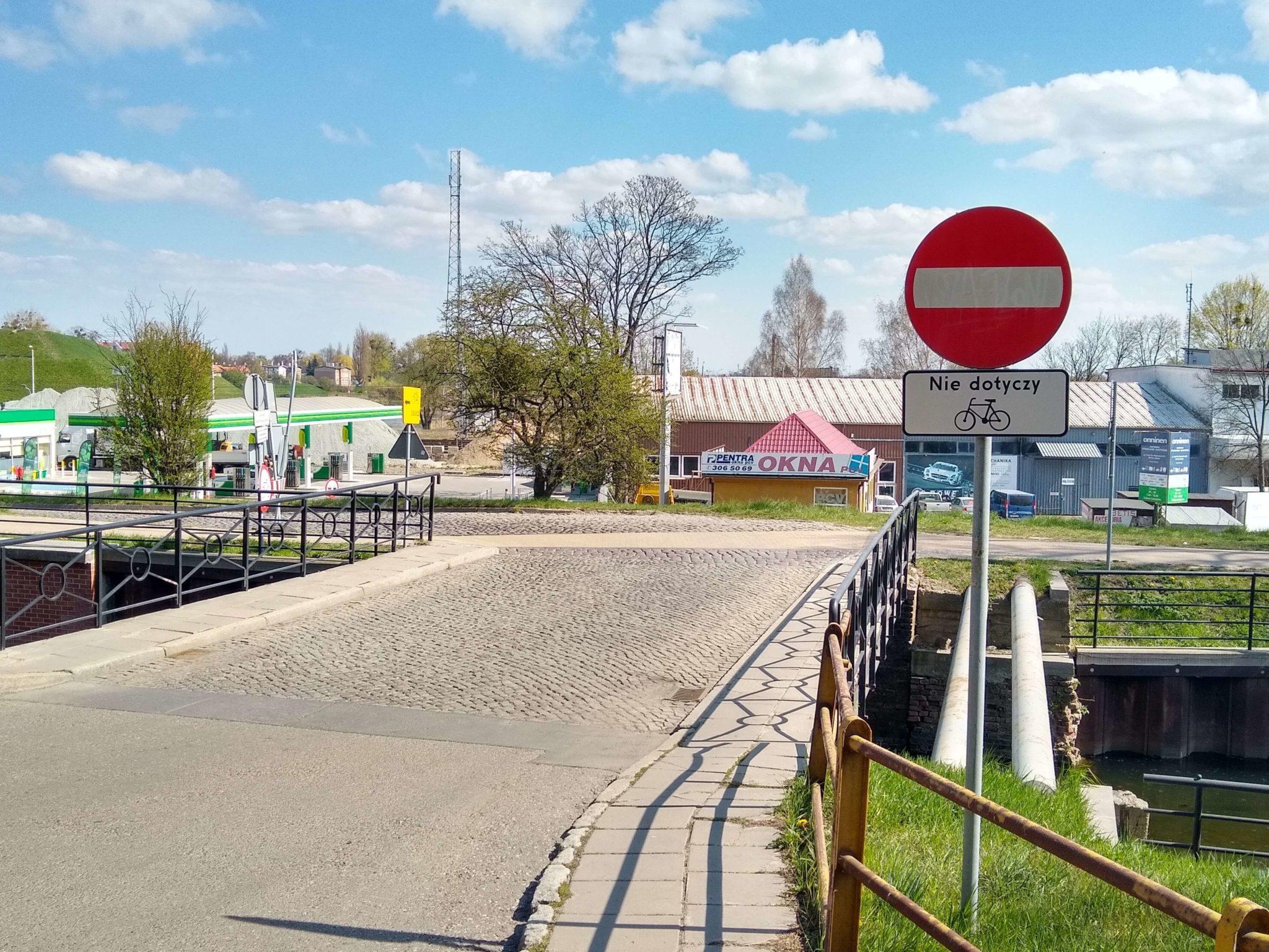 chodnik i zakaz wjazdu