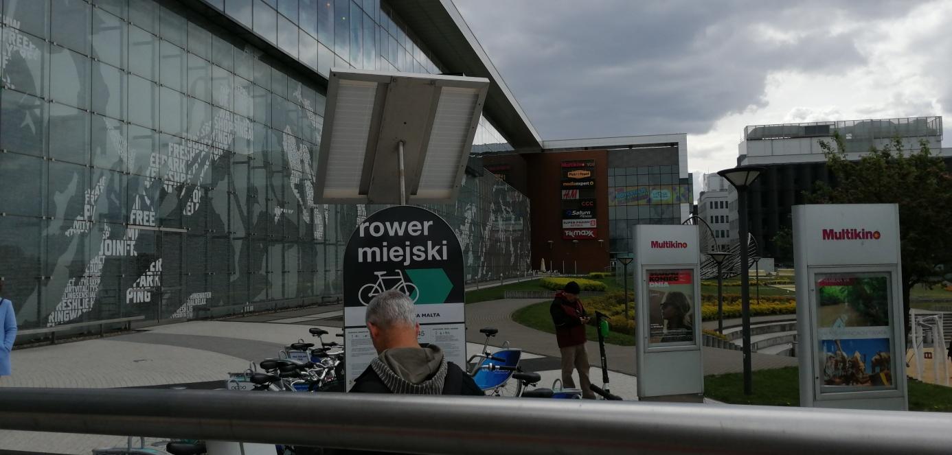 rower miejski przed galerią malta